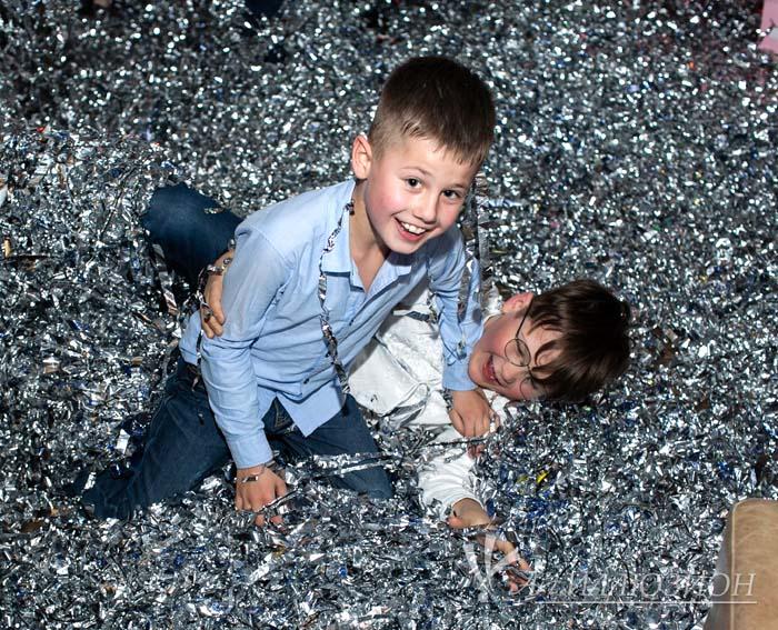 Бумажное серебряное шоу для детей